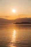 Naturlig bakgrund: solnedgång eller soluppgång på havet Royaltyfria Bilder