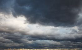 Naturlig bakgrund: stormig himmel Royaltyfria Foton