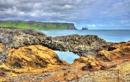 Naturlig basaltbåge på Dyrholaey udde - Island Royaltyfria Bilder
