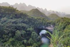 Naturlig båge, Xiangqiao grotta i Guangxi Royaltyfri Bild