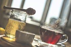 Naturlig bihonung med morgonte hälla för honung Arkivbilder
