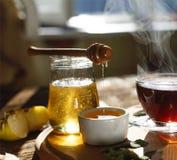 Naturlig bihonung med morgonte hälla för honung Royaltyfria Bilder