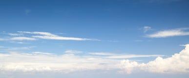 Naturlig blå molnig himmel Panorama- bakgrund arkivfoto