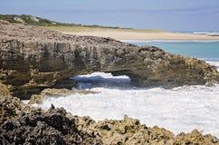Naturlig blåshål längs kusten Royaltyfri Fotografi