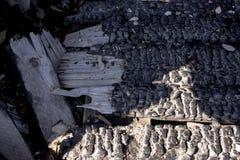 Naturlig brandaska med m?rk textur f?r gr? f?rgsvartkol E Copyspace arkivfoto