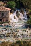Naturlig brunnsort med vattenfall i Saturnia, Italien Arkivbild