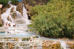 Naturlig brunnsort med vattenfall i Saturnia, Italien Royaltyfri Foto