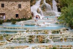 Naturlig brunnsort med vattenfall i Saturnia, Italien Arkivbilder