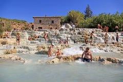 Naturlig brunnsort med vattenfall i Saturnia, Tuscany, Italien Royaltyfria Bilder