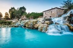 Naturlig brunnsort med vattenfall i Tuscany Arkivbilder
