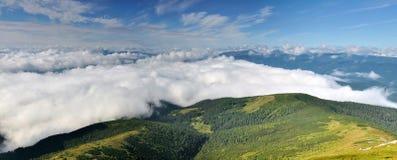 naturlig dal för molniga berg Arkivbild