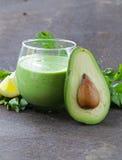 Naturlig drink en smoothie med avokadot arkivbilder