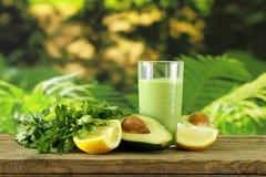 Naturlig drink en smoothie med avokadot arkivfoton