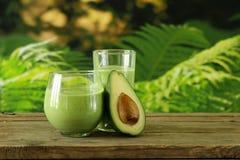 Naturlig drink en smoothie med avokadot royaltyfri bild