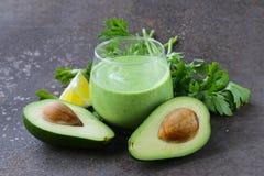 Naturlig drink en smoothie med avokadot arkivbild