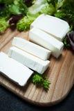 Naturlig fetaost från komjölk som skivas med skivor fotografering för bildbyråer