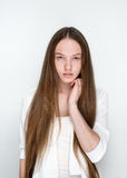 Naturlig flicka med långt hår på vit bakgrund Arkivbilder