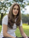 Naturlig flicka med långt le för hår royaltyfria foton