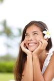 Naturlig flicka som ler och dagdrömmer lyckligt gulligt Arkivfoto