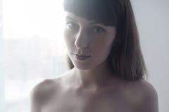 Naturlig flickastående, ljus vit bakgrund Royaltyfri Foto