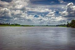 Naturlig flodbana med molnigt Royaltyfri Fotografi