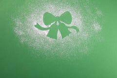 Naturlig grön julgran i snöklockorna på grön bakgrund lyckligt nytt år royaltyfri foto