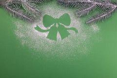 Naturlig grön julgran i snöklockorna på grön bakgrund lyckligt nytt år arkivbild