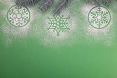 Naturlig grön julgran i snön på grön bakgrund lyckligt nytt år royaltyfri bild