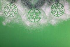 Naturlig grön julgran i snön på grön bakgrund lyckligt nytt år arkivfoto