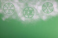 Naturlig grön julgran i snön på grön bakgrund lyckligt nytt år arkivfoton