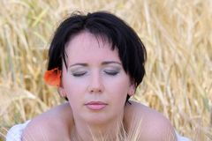 naturlig härlig flicka arkivfoto