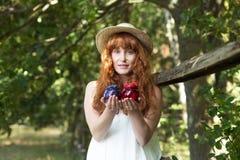 Naturlig härlig kvinna i en skog fotografering för bildbyråer
