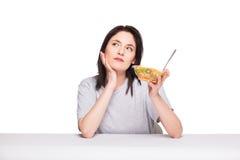 Naturlig härlig ung kvinna som hivar ett sunt fruktmål, isolator fotografering för bildbyråer