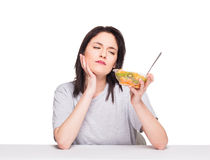 Naturlig härlig ung kvinna som hivar ett sunt fruktmål, isolator royaltyfri fotografi