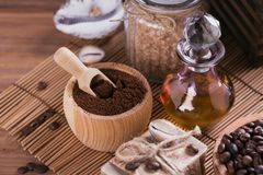 Naturlig handgjord tvål, aromatisk kosmetisk olja, havet saltar med kaffebönor fotografering för bildbyråer