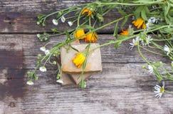 Naturlig handgjord tvål med calendulaen på en ljus bakgrund Royaltyfria Foton