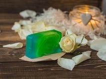 Naturlig handgjord tvål med mintkaramellen, kiwi, lemongrass, limefrukt på lantlig träbakgrund Royaltyfri Bild