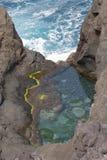 Naturlig havsvattenpöl i kusten av Los-såser (kanariefågelöar arkivfoto