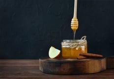 Naturlig hem- gjord honung i ett exponeringsglas Arkivfoto