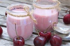 Naturlig hemlagad körsbärsröd yoghurt closeup Arkivbild