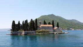 Naturlig holme med den helgonGeorge Benedictine kloster Kotor fj?rd Montenegro arkivfilmer