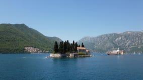 Naturlig holme med den helgonGeorge Benedictine kloster Kotor fj?rd Montenegro lager videofilmer