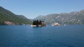 Naturlig holme med den helgonGeorge Benedictine kloster Kotor fj?rd Montenegro stock video