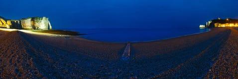 Naturlig klippa i Etretat, Frankrike staden tänder nattplats Royaltyfri Foto
