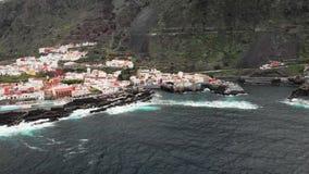 Naturlig kustlinje med härdade vulkaniska bildande in på kusten av den Garachico staden Nordlig del av Tenerife stock video