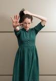 Naturlig kvinnlig modell som poiting hennes hand till kameran Arkivbild