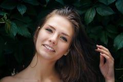 Naturlig kvinnlig skönhet i sommarregn royaltyfria foton