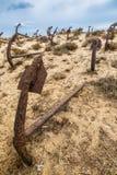 Naturlig kyrkogård av Marine Anchors på den Barril stranden, Portugal Arkivfoto