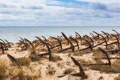 Naturlig kyrkogård av Marine Anchors på den Barril stranden, Portugal Royaltyfri Fotografi