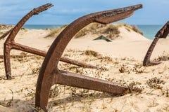 Naturlig kyrkogård av Marine Anchors på den Barril stranden, Portugal Royaltyfri Bild